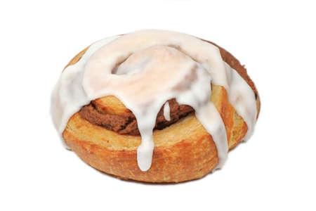 Broodje van de kaneel met Suikerglazuur geïsoleerd op wit Stockfoto