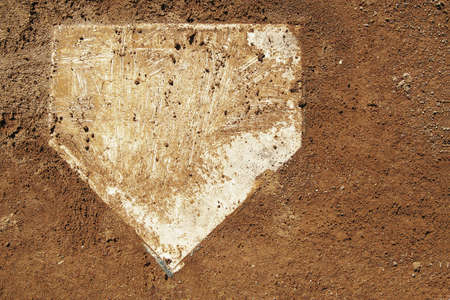 野球場の挨りだらけのホーム プレート