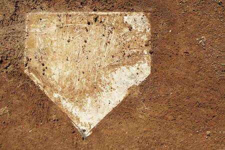 Dusty Home Plate sur un terrain Baseball Banque d'images - 37598361