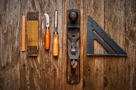 carpintero: vista aérea de un conjunto de herramientas antiguas Foto de archivo