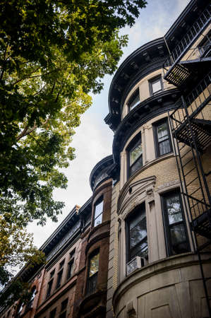 een rij van brownstone appartementen Stockfoto