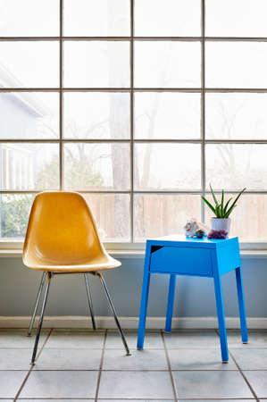 ein moderner Stuhl und Beistelltisch