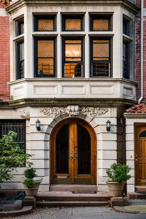 Een sierlijke oude deur Stockfoto