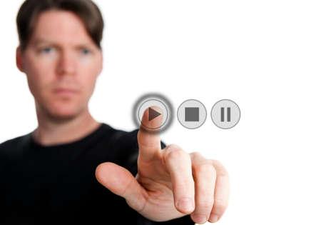 een man op een digitale knop