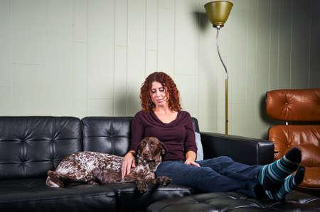 eine junge Frau und ihr Hund