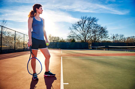competencia: mujer jugar al tenis  Foto de archivo