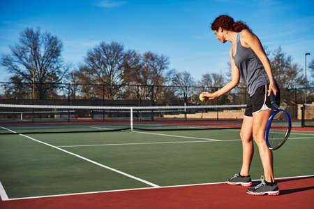 een jonge vrouw tennissen