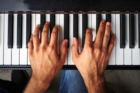 fortepian: osoba gra na pianinie