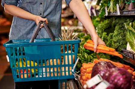 vrouw op zoek naar producten in een supermarkt Stockfoto