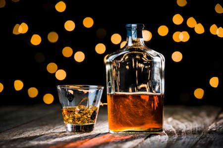 een fles whisky met een glas van ijs Stockfoto