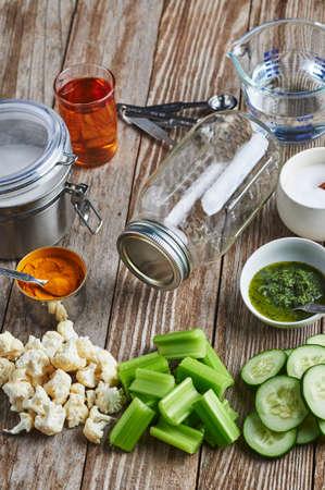 inblikken van groenten op een keukentafel