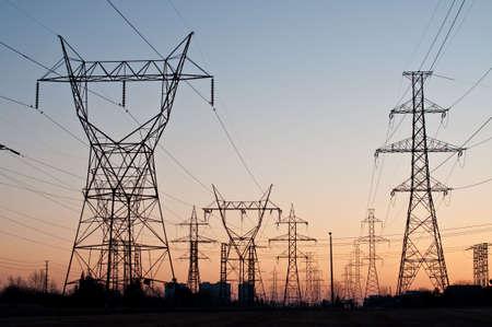 torres el�ctricas: Torres de transmisi�n el�ctrica (las torres de electricidad) at Sunset  Foto de archivo