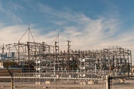 Een elektrische onderstations stappen hoogspannings electriciteit voor huishoudelijk en commercieel distributie.