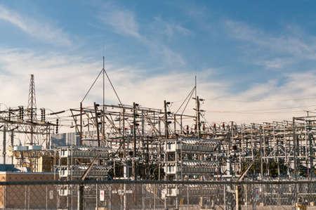 전기 변전소는 국내 및 상업적 유통을 위해 고전압 전기를 줄입니다.