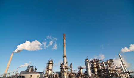 A petrochemical refinery plant with pipes and cooling towers. Stockfoto