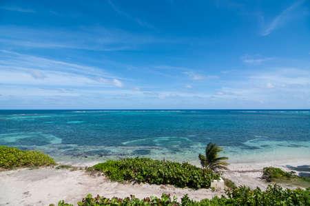 cielo y mar: Una hermosa playa en la isla caribe�a de Antigua.