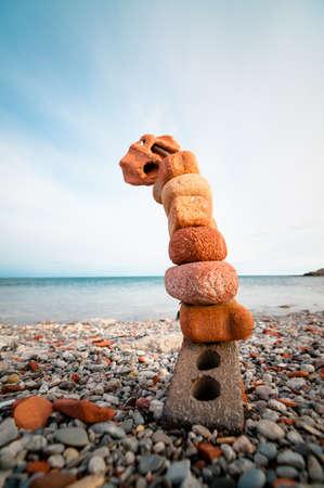 벽돌은 돌로 둘러싸인 철근 조각에 쌓여 있습니다. 스톡 콘텐츠