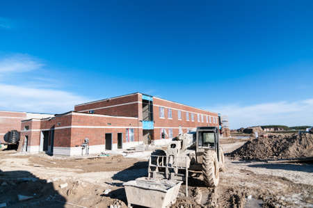 A new elementary school under construction in a suburban neighborhood. Redakční