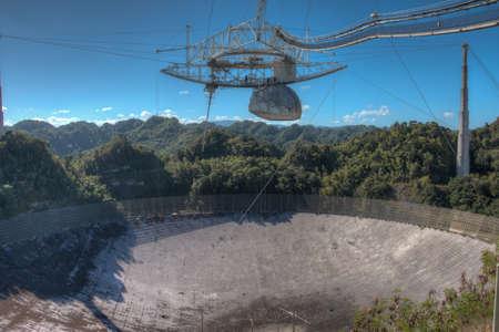 fernrohr: Arecibo Observatory Radioteleskop in Puerto Rico als von der Aussichtsplattform gesehen. Das Radioteleskop wurde in den 1960er Jahren erbaut und ist die weltweit größte einzelne Öffnung Teleskop. Der Durchmesser des Tellers beträgt 1000 Meter oder etwa 305 Meter.