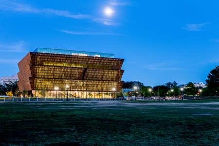 Washington DC - 20 april 2016: Nationaal Museum van de Afrikaanse Amerikaanse geschiedenis en cultuur in aanbouw op de National Mall. Het gebouw is ontworpen door David Adjaye en is hier een paar maanden voor het einde van de bouw te zien.