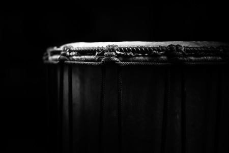 Sinlge West African Drum in Dramatic Single Light. Imagens