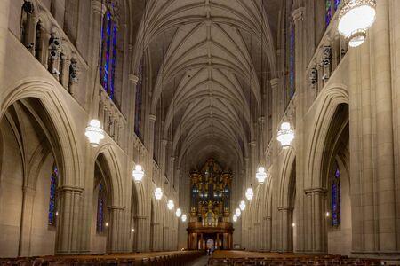 Durham, NC/USA - 13. Oktober 2019 - Landschaftsansicht des Kirchenschiffs der Duke University Chapel