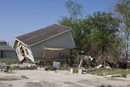 Heavily damaged homes in the Ninth Ward of New Orleans. One block behind these homes is the industrial canal that collapsed during the storm surge of hurricane Katrina. 版權商用圖片 - 4485746