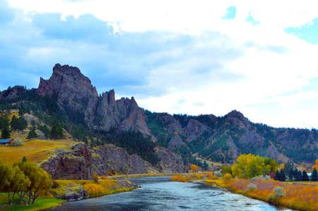 ミズーリ川の色 - グレート フォールズとヘレナの間西部のモンタナを運転、ミズーリ川を渡っていると、助手席にいました。葉と光のタイミングは