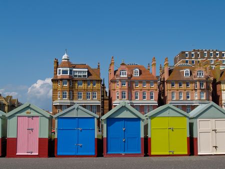 Beach huts in front Hove homes. 版權商用圖片 - 5262404