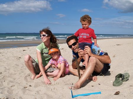 Family at beach 版權商用圖片 - 5884362