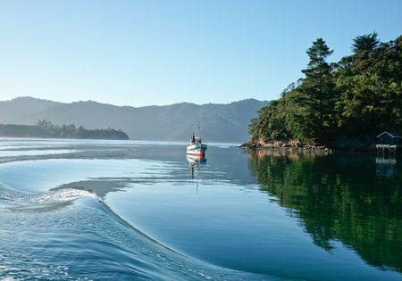 Calm water rippled by passing boat. 版權商用圖片 - 6690008