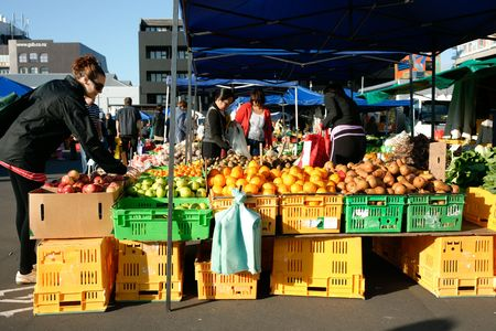 Wellington, New Zealand, October 2010, people selecting produce at Harbourside Farmers produce market. 版權商用圖片 - 8076117