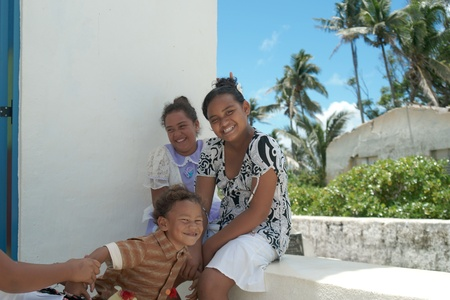 Aitutaki, Cook Islands, November 9 2010, Three island children present happy care free image. 版權商用圖片 - 8226469