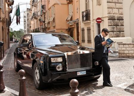 Monte Carlo, Monaco, 02 mei 2011, chauffeur wacht door zwarte Rolls Royce.