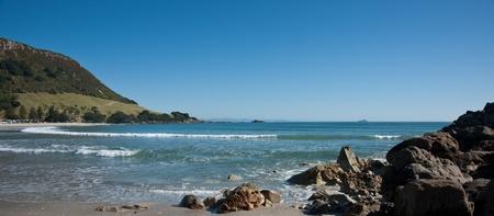 Ocean view framed by rocks and mount. 版權商用圖片 - 10563450
