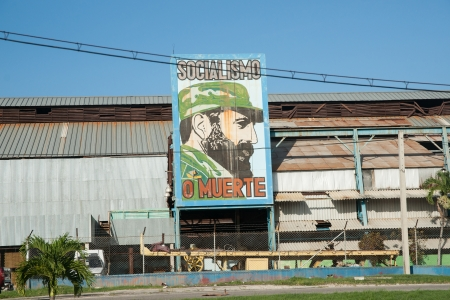 Santa Clara, Cuba -July 3, 2012: Fidel castro features on a large billboard outside and old factory outside Santa Clara, Cuba. Billboards of propaganda can be seen all around Cuba. 版權商用圖片 - 14914702