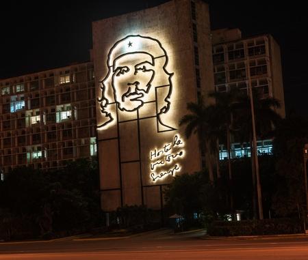 che guevara: Havana, Cuba; June 6, 2012 - metla sculpture of Cuban Revolutionary Che Guevara mounted on exterior of a Cuban government building.