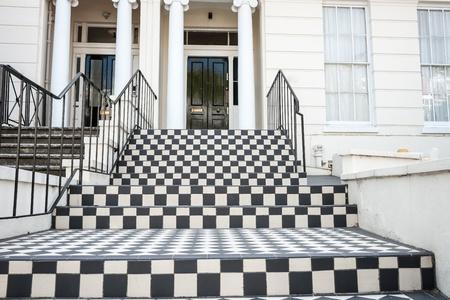 checker board: Damero, a pocos pasos de baldosas leadingto puerta Foto de archivo