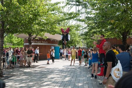 southwark: London, England, July 18, 2013  Street performer entertains crowd of tourists on London s Southwark