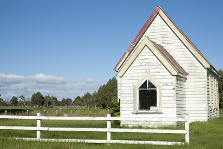 Small white country church 版權商用圖片 - 31366311