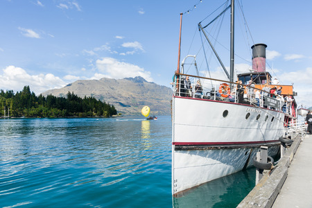 Queenstown, New Zealand, March 1, 2015- Historic TSS Earnslaw docked at Queenstown, loaded with passengers and ready to leave 版權商用圖片 - 39033158