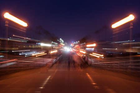Mouvement de la rue, rougeoyer magique urbaine floue hors foyer nuit tir effet des lampadaires en arrière-plan. Banque d'images - 47990712