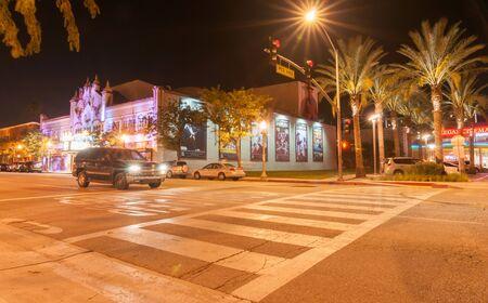 Californië, de VS - 3 Oktober, 2015: Voetgangersoversteekplaats van parkeerterrein op het Westen 4de St de bouw aan films en het Theater van Californië van de scène van de Uitvoerende kunstennacht het tonen van de retro verlichting van het erateon in San Bernardino Californië de VS