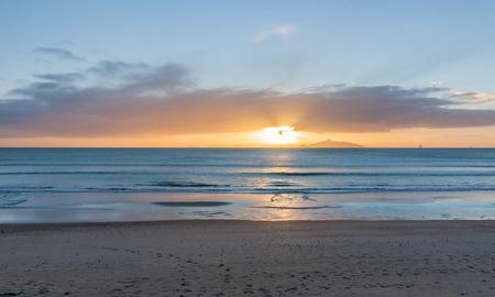 Sonnenaufgang am Strand Waipu Cove Standard-Bild - 67076507
