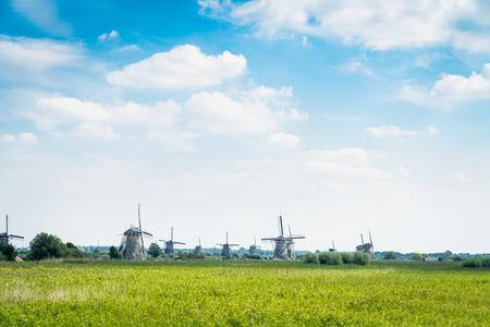 キンデルダイクの風車は、それの風光明媚なフィールド、池、堤防や野生動物と人気のある観光地。