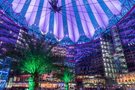 베를린, 독일 -2008 년 8 월 28 일; 베를린 포츠담 광장 (Potsdamer Platz)의 소니 센터 안뜰 및 쇼핑몰 위에 밝게 조명 된 오버 헤드 건축 캐노피 세부