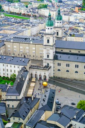 Salzbourg city skyline de haut point de vue à haute ville de salzbourg et les bâtiments historiques et vue panoramique Banque d'images - 98153686