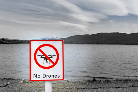 No drones sign by lake Stockfoto