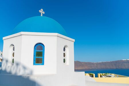 Characteristic blue dome of small Greek Orthodox church on island of Santorini. 免版税图像