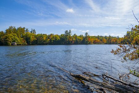 Beautiful autumn colors of surrounding woodlands of Lake Echo, Maine, USA. Highway 17. Foto de archivo